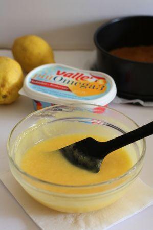 Aggiungere i fogli di gelatina ammollati in acqua e strizzati. Lasciar raffreddare