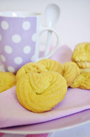 Quando l'impasto sarà bello cremoso e liscio riporlo in frigorifero per almeno 30 minuti poi utilizzando una sacca da pasticceria (ce ne sono di comodissime usa e getta) formare i biscotti  direttamente sulla placca coperta con carta da forno