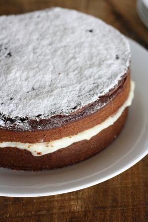 Preparare la crema al latte mescolando farina, zucchero e vaniglia. Aggiungere il latte caldo e lasciare sul fuoco fino a quando non si addensa. Aggiungere la panna e farcire la torta. Servire con zucchero a veloBuoni dolci da Ramona e da Vallé ♥