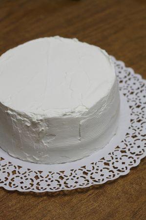 Ricoprire la torta con della panna montata