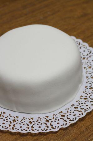 Stendere la pasta di zucchero e ricoprire la torta