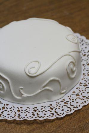 Decorare la base della torta con dei ghirigori bianchi