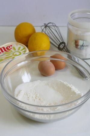 in una ciotola versare lo zucchero e la farina
