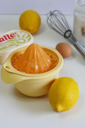 premere il succo di un limone e grattugiare la scorza