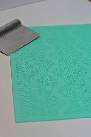 Sistemare il tappetino per la decorazione su una base piana