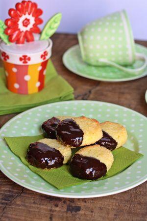 Dopo averli lasciati raffreddare, bagnare i biscotti nel cioccolato fondente fusoBuoni dolci da Ramona e da Vallé ♥