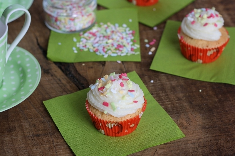 Cupcakes al limone e semi di papavero con frosting alla vaniglia