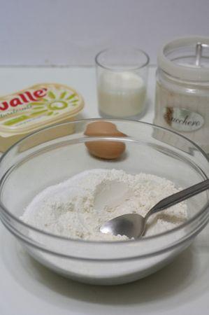 In una ciotola versare zucchero e i due tipi di farina