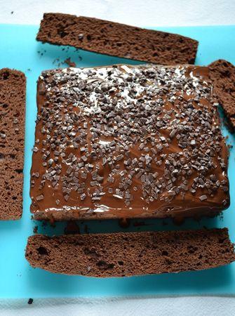 Sigillate spremendo poco cioccolato sullo stuzzichino e lasciate seccare, senza mai toccare, per almeno 2 ore (o 1 ora in frigo)