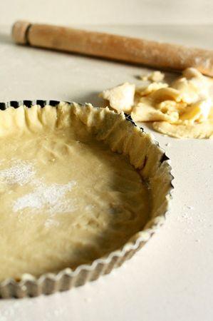 Stendere meno dell'altra metà dell'impasto nella teglia da crostata e distribuire la marmellata