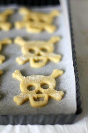 Su una carta da forno sistemare 2/3 dei biscotti e infornare a 180° fino a che cominciano a colorarsi. Ma attenzione a non farli cuocere troppo perché devono rimanere un po' pallidi