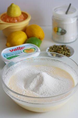 aggiungere Vallé, il lievito e la farina setacciata e amalgamare il tutto