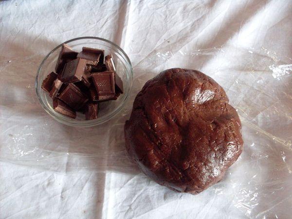 Inserire al centro un cubetto di cioccolato fondente