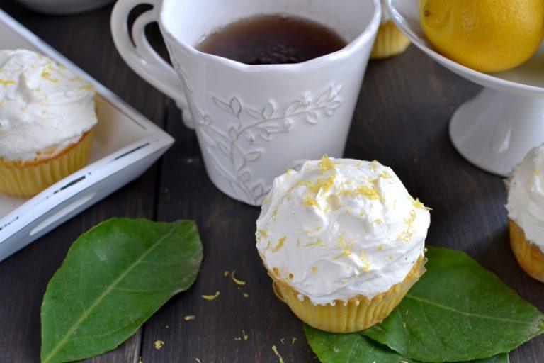 Distribuite la rimanente scorza grattugiata sui cupcakes e servite. Glassateli all'ultimo minuto (o quasi): se proprio volete mettervi avanti col lavoro, preparate la glassa, conservatela in frigo e procedete poco prima di servire