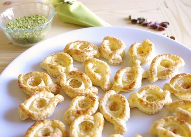 Riempite con la crema e cospargete di pistacchi tritati.