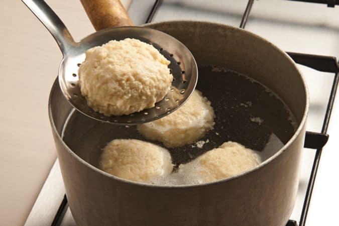 """Con un porzionatore da gelato ricava delle """"palle"""" e falle cuocere in acqua bollente per 5-10 minuti (dipende dalle dimensioni delle """"palle"""")."""