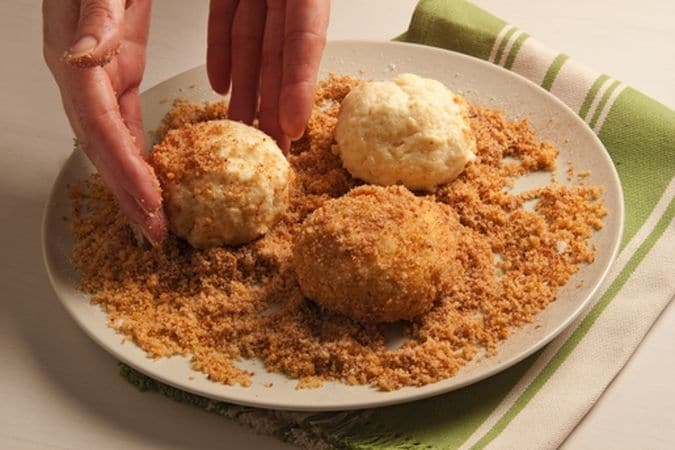 Nel frattempo fai rosolare il pangrattato in un padellino con una noce di margarina, leva dal fuoco, versa in un piatto e aggiungi zucchero e cannella.