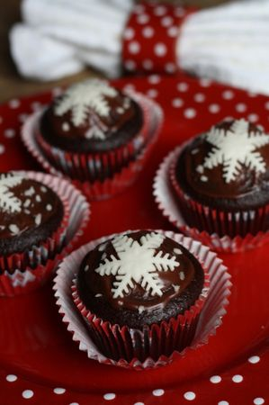 ricoprire i muffin con un cucchiaio di nutella e decorarli con la pasta di zuccheroBuoni dolci da Ramona e da Vallé ♥