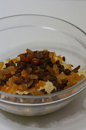 Aggiungere a mano le scorza d'arancia candita e l'uva passita