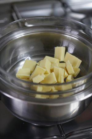 Aggiungere la panna e la vaniglia e amalgamare il tutto. Lasciar raffreddare