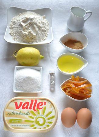 Ingredienti. Accendete il forno a 200 gradi. Foderate 8 stampini da muffins con pirottini di carta. Tritate la scorza d'arancia candita. Setacciate la farina autolievitante (o la farina mescolata a lievito)