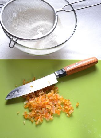 In un'altra ciotola, lavorate la Vallé… naturalmente con lo zucchero finché il composto è cremoso e morbido. Unite le uova una alla volta accompagnate da un cucchiaio di farina e dalle spezie, mescolate bene, poi incorporate la rimanente farina a poco a poco, amalgamando con cura tra un'aggiunta e l'altra; appena il composto si fa troppo secco, ammorbiditelo col latte