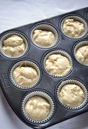 Quando le tortine sono completamente fredde, le potete glassare. Versate gli albumi in un contenitore resistente al calore (in acciaio o in pirex), unite lo zucchero e il succo di limone e fate scaldare dell'acqua in una pentola dal diametro leggermente più piccolo del contenitore