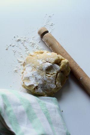 Amalgamare insieme la farina, lo zucchero, il sale, la margarina e 2 uova, e lavorare l'impasto fino ad ottenere una palla di pasta, da riporre in frigo per almeno mezz'ora