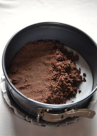 Tritate finemente i biscotti nel mixer e mescolate col cacao; fate sciogliere la Vallé+Burro a bagnomaria o nel microonde e mescolate con i biscotti tritati; versate in uno stampo col fondo rimovibile (22 cm diametro) foderato con carta forno, premete in modo da compattare tutto e mettete in frigo per mezz'ora