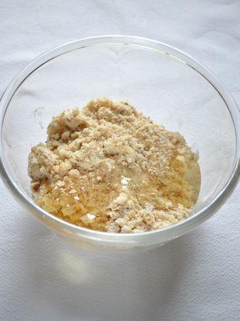 """Preparate la farcitura (vedi sopra per la quantità): Tritate le noci – non troppo fini- nel mixer; versate la farina in una ciotola e unite la Vallé+Burro e sfregate tra i polpastrelli finché il composto diventa """"sbriciolato""""; aggiungete miele, noci e cannella e mescolate bene. Mettete questo composto profumato e appiccicoso da parte"""