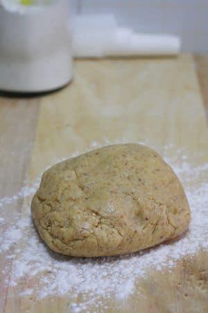 Preparare la frolla impastando prima le uova con lo zucchero, Vallé e successivamente aggiungere la farina e le nocciole. Lasciar riposare in frigo per 30min