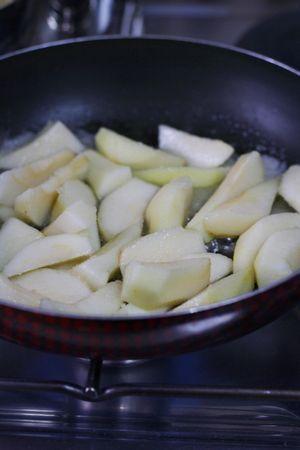 cuocere le pere con 20gr di zucchero, Vallé+Burro e il vino bianco