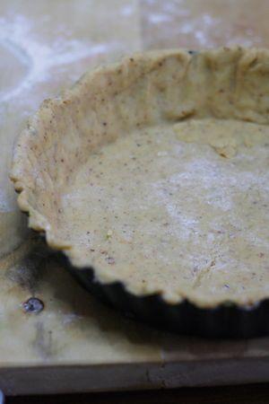 stendere 2/3 della frolla in una tortiera cannellata (cm 24)