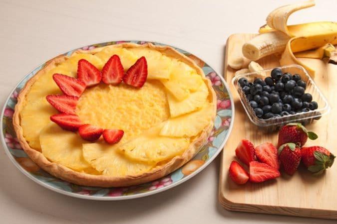 Decora la superficie con la frutta lavata, asciugata e tagliata opportunamente. Cospargi con lo zucchero a velo e servi.Buon Appetito da Vallé ♥
