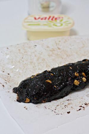 Versare il composto su carta da forno e dare la forma del salame