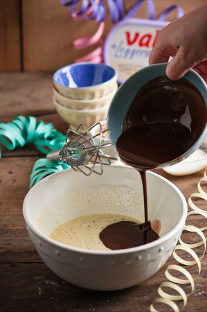 Aggiungete un pizzico di sale, il latte, il cioccolato fuso mescolando bene