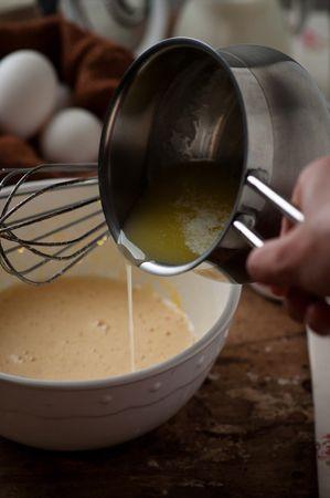 Far fondere la margarina a fuoco molto dolce e lasciare leggermente raffreddare
