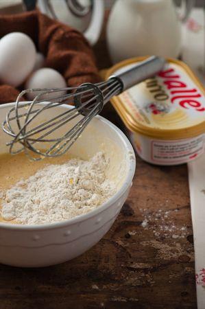 Unirla al composto di uova e zucchero con un pizzico di sale