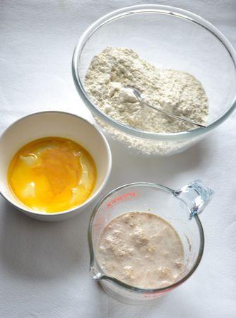 Fate intiepidire il latte (non dev'essere troppo caldo), poi mescolate col miele e col lievito. Coprite e attendete 10 minuti. Nel frattempo, mescolate le due farine e fate sciogliere la Vallé a bagnomaria