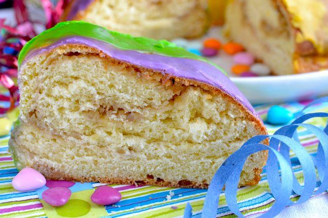 Distribuite le glasse sulla torta alternando i colori, lasciate seccare e  servite
