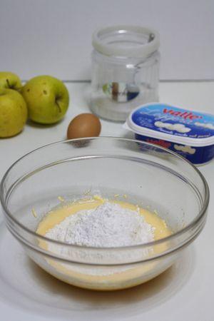 aggiungere la farina e il lievito setacciato