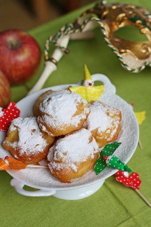 friggere le frittelle e servirle con dello zucchero a velo