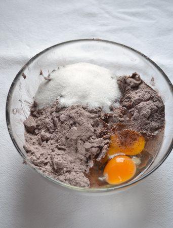 Versate la farina in una ciotola capiente, unite il cacao in polvere e mescolate. Aggiungete la Vallé+Burro fredda e sfregate tra le dita in modo da formare grosse briciole. Unite l'uovo, il tuorlo, i semini da mezzo baccello di vaniglia e mescolate; impastate brevemente, formate una palla, avvolgete con pellicola e mettete in frigo per due ore circa