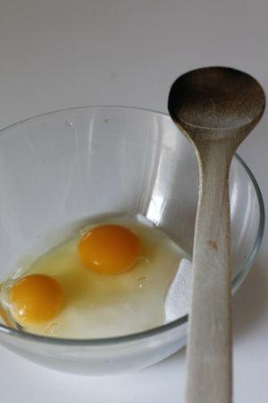 Con una frusta lavorare lo zucchero e le uova