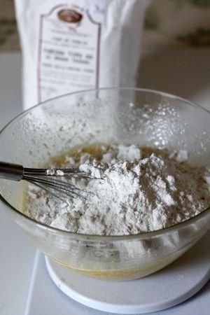 Mescolare farina e lievito, aggiungerli all'impasto e lavorare