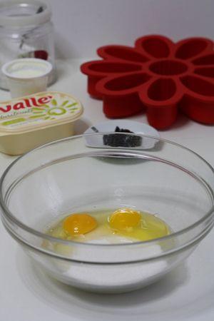 in una ciotola lavorare lo zucchero con le uova