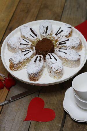 Ricoprire di cacao il centro del fiore e decorare i petali con zucchero e se preferite con del cioccolato