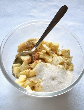 Accendete il forno a 200 gradi. Sbucciate e tagliate a piccoli pezzetti la mela. Tritate le noci nel mixer. Mischiate mela, noci, zucchero e cannella