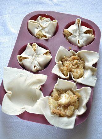 Foderate il fondo di uno stampo da muffin unto in precedenza (8 cm diametro circa) con i quadratini di pasta e riempiteli col composto di mela e noci, poi chiudete ogni fagottino unendo i lembi in diagonale