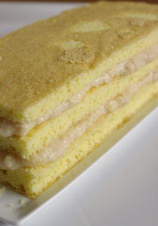 Tagliare in 4 rettangoli  di cm 10 x 22, sbriciolare quello più irregolare e mescolarlo al formaggio ed alla confettura. In questo modo la crema sarà più compatta